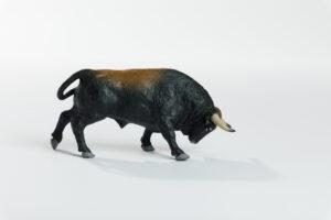 Animales de juguete | Animales de Coleccionismo | Meskebous Toro Embistiendo Castaño Listón