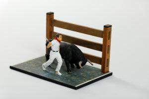 Colección San Fermín | Meskebous DIORAMA Toro emistiendo con corredor pañuelo Especial San Fermín. PROMOCIÓN
